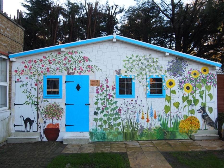 Peindre la maison à l'extérieur est une tâche ardue qui peut coûter très cher.