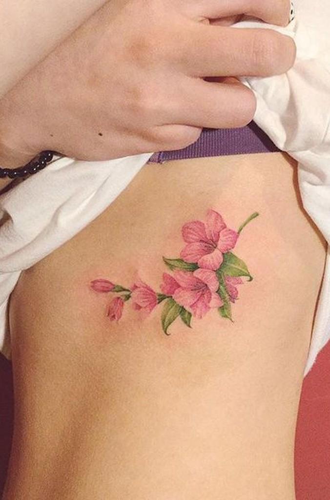 Dans l'art du tatouage, le lis peut être affiché en un seul exemplaire, dans un bouquet de plusieurs fleurs différentes.