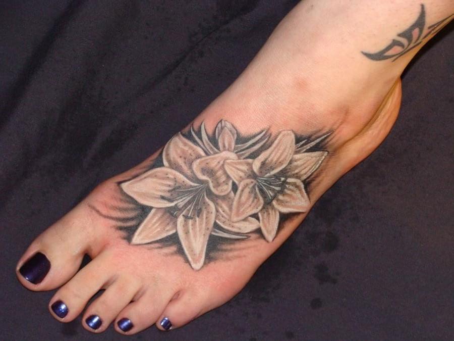 Le tatouage de fleur de lys peut être dessiné comme vous le souhaitez, sous la forme d'une ou plusieurs fleurs. Les tatouages de couleur peuvent être très variés.