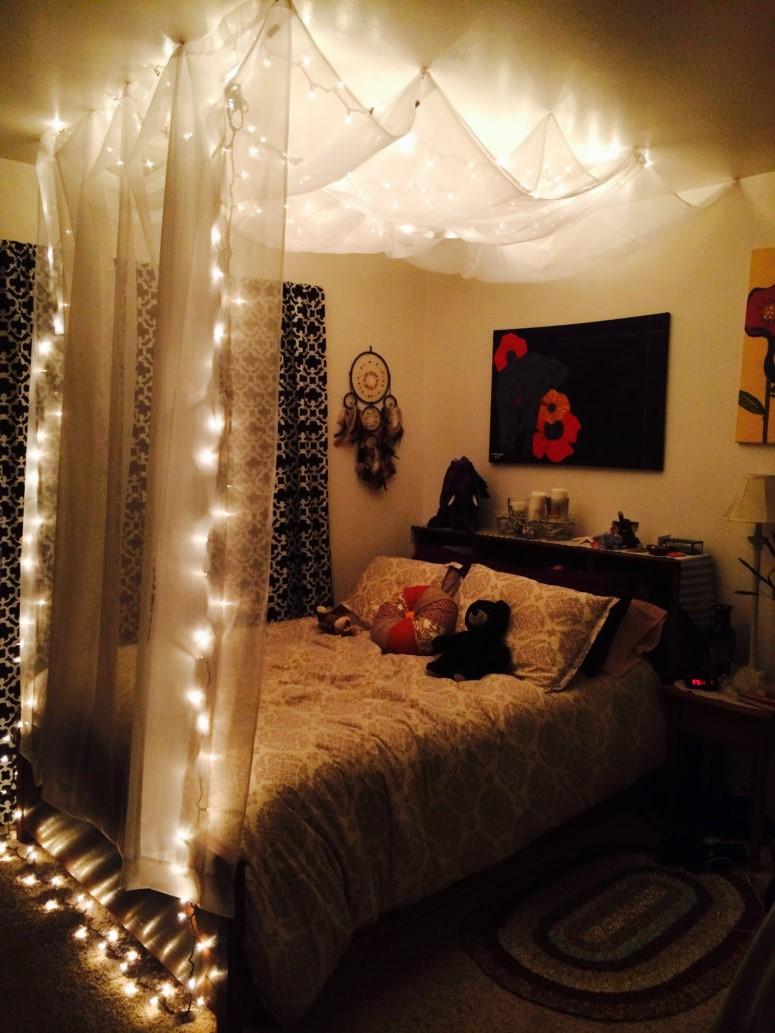 Entourez votre lit d'un mur de tissu et de minuscules guirlandes lumineuses.