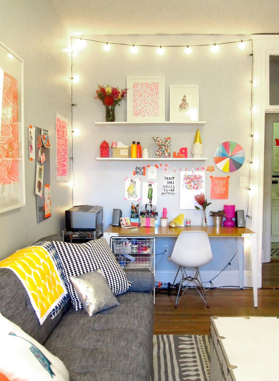 Ajouter une guirlande lumineuse autour des portes ou des murs de votre maison est un moyen de créer une atmosphère particulière dans votre espace de vie.
