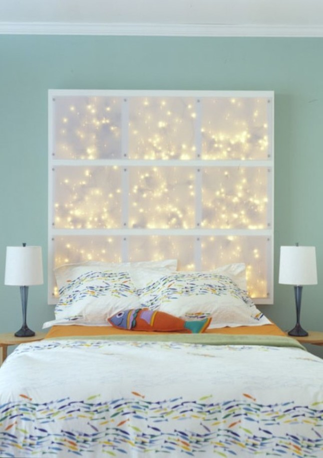 Les panneaux blancs et les lumières blanches douces éclairent cette tête de lit romantique.