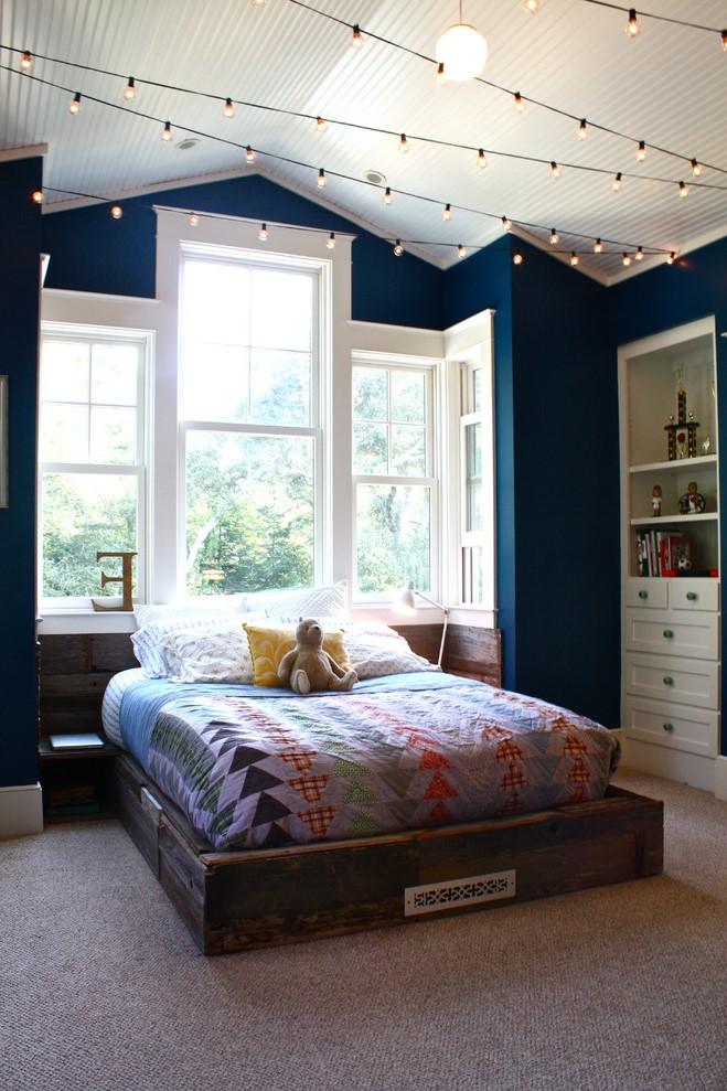 Placez des lumières au plafond au-dessus du lit pour rendre l'espace de couchage confortable.