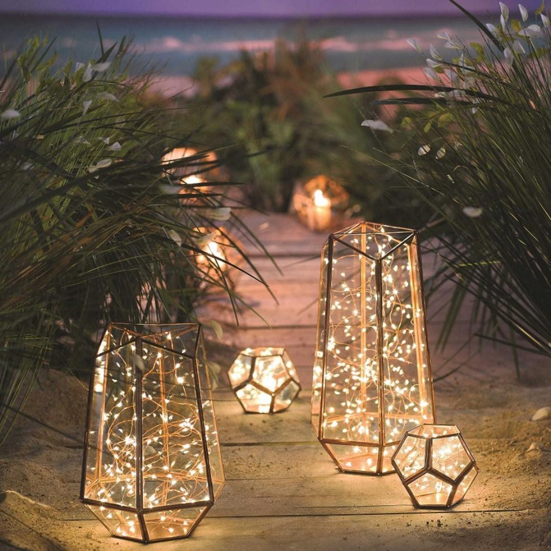 Achetez des guirlandes lumineuses avec des piles et placez-les dans un vase ou dans un grand pot.