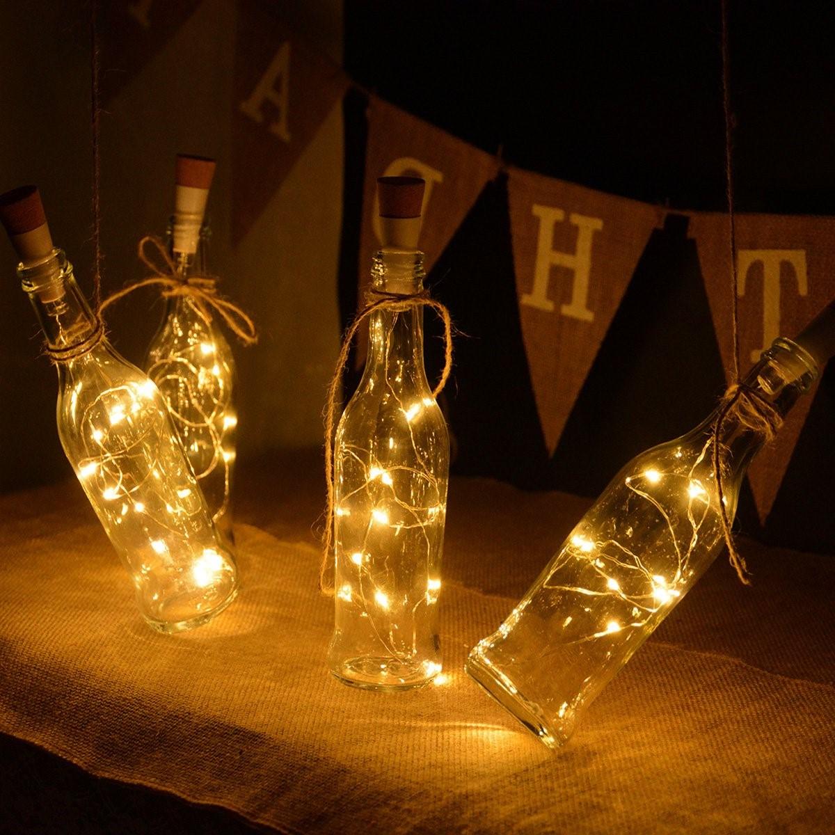 Avez-vous aimé l'idée des guirlandes lumineuses dans un pot? Ensuite, vous essayerez peut-être de faire la même chose avec des bouteilles.