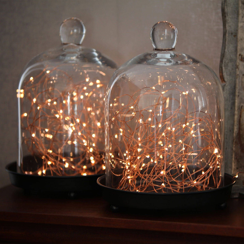 Les cloches en verre remplies de lampes microscopiques en fibre de verre apportent une touche magique partout où elles sont exposées.