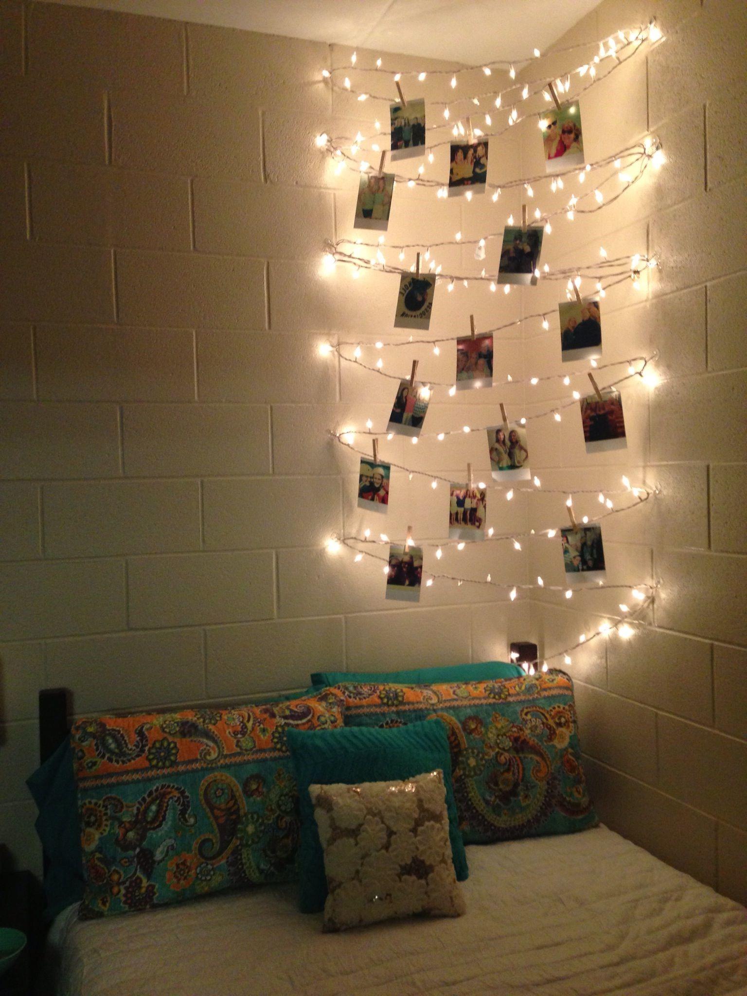 Cette installation en angle sert aussi bien d'éclairage que de lieu pour voir les dernières photos de vacances. En zigzaguant d'un mur à l'autre, cette guirlande lumineuse est quelque chose de différent.
