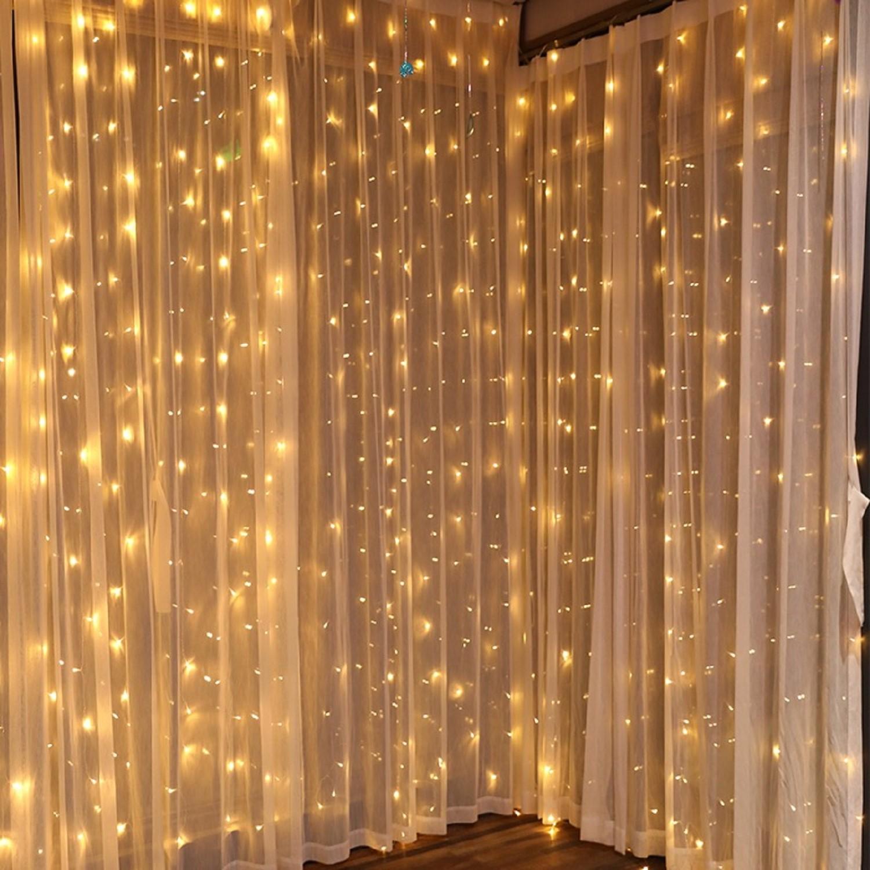 Décorez vos rideaux avec des guirlandes lumineuses et illuminez votre salon.