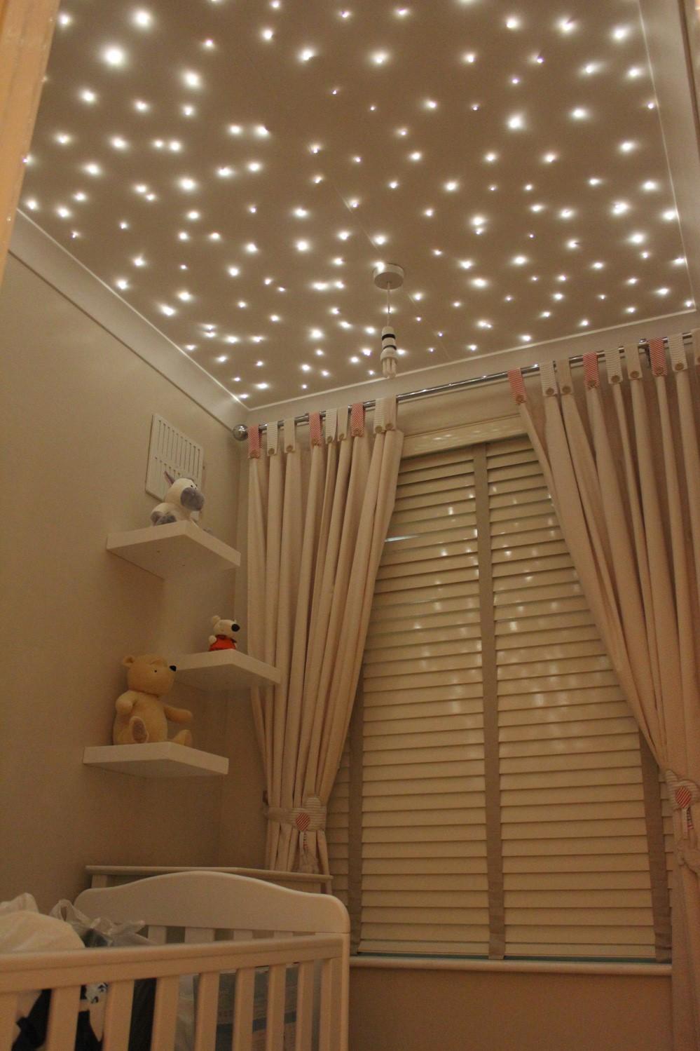 Faites entrer le ciel nocturne à l'intérieur avec ce faux plafond recouvert de guirlandes lumineuses. C'est parfait pour la chambre de bébé, mais aussi pour les enfants de tous âges et les adultes.