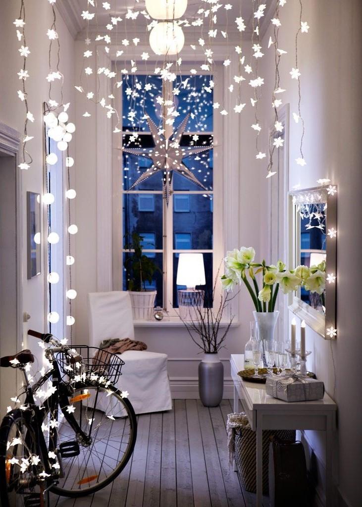 Les guirlandes lumineuses qui entourent le miroir et celles suspendues au plafond créent une perspective différente.