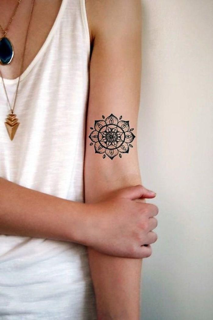 Dans l'hindouisme, les mandalas sont un outil permettant de visualiser l'univers spirituel et représentent le cycle de l'occurrence et de l'existence.