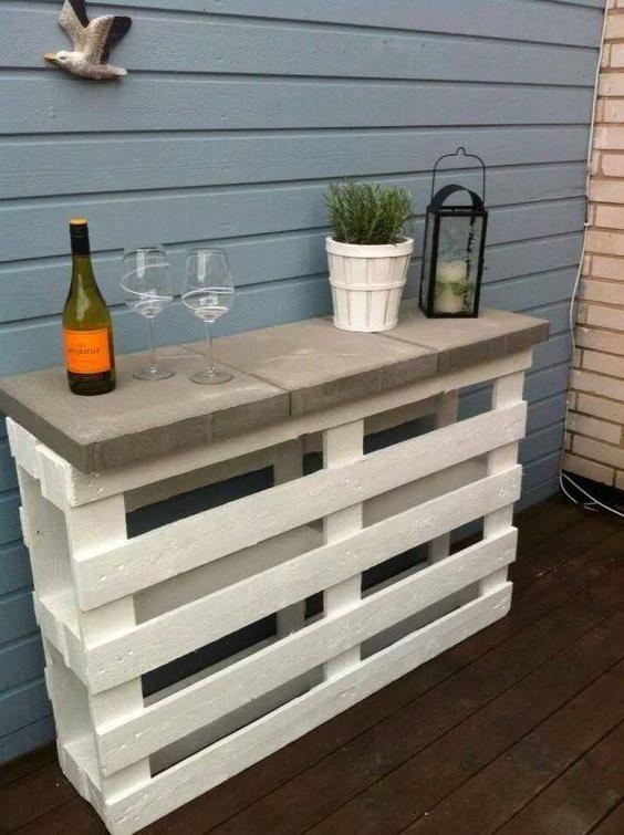 Meuble palette - un bar dans le jardin en blanc