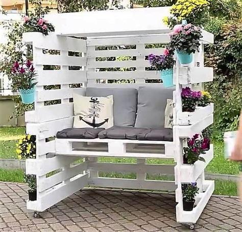 Meuble de palette - un canapé de jardin avec des fleurs