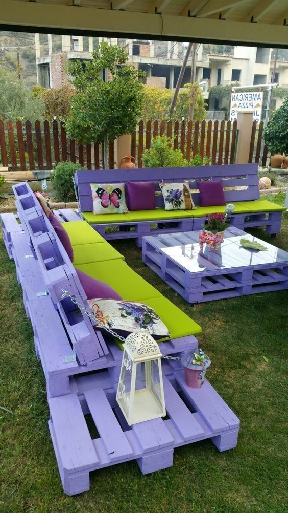 Meuble de palette - un canapé de jardin en violet