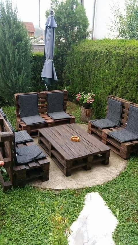 Meuble de palette - des canapé dans le jardin