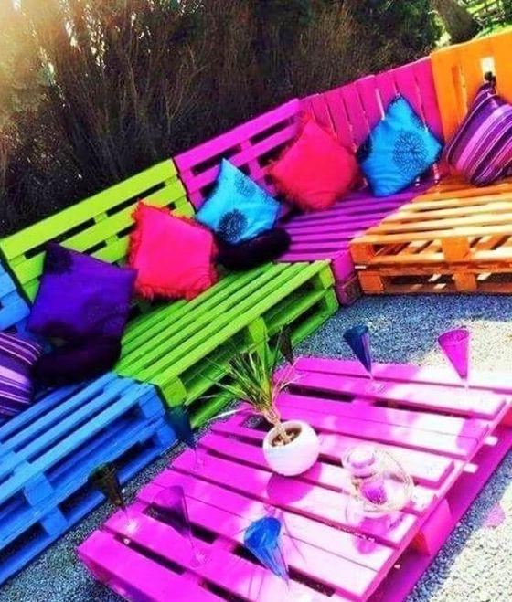 Meuble de palette - un canapé de jardin de différentes couleurs