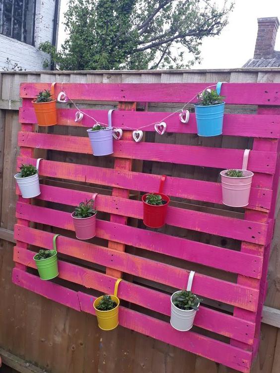 Meuble de palette - une idée pour une étagère de couleur rose