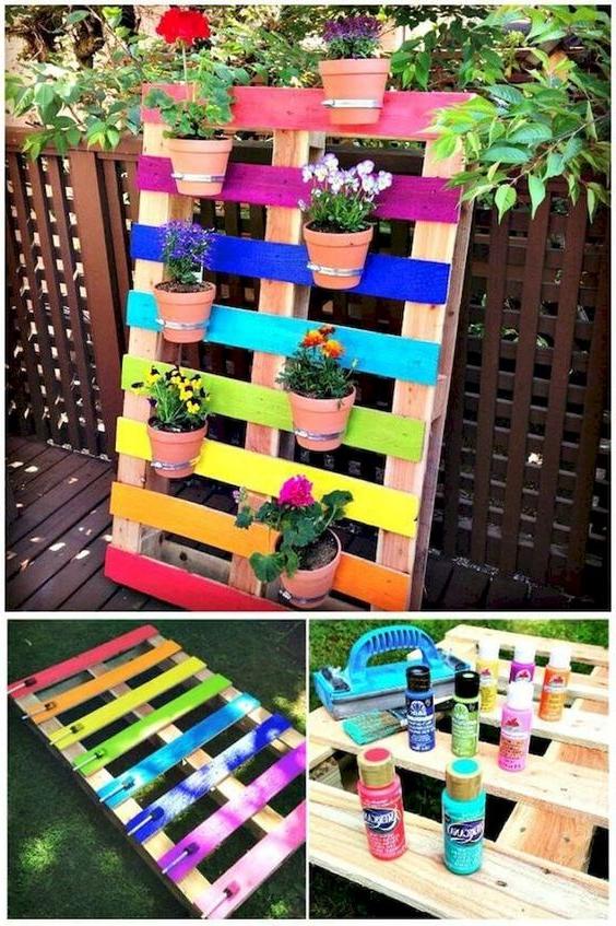 Meuble de palette - une idée pour une étagère colorée