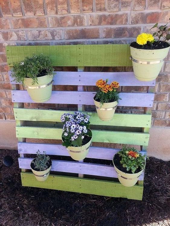 Meuble de palette - une idée pour une étagère de couleur verte