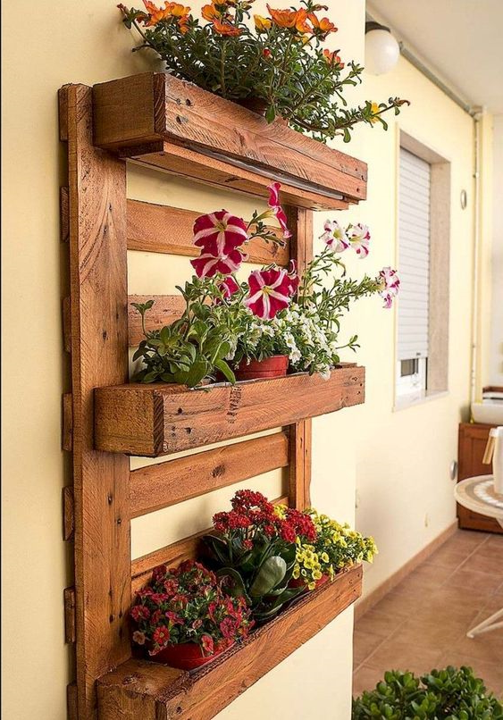 Meuble de palette - une idée pour une étagère à fleurs sur trois niveaux