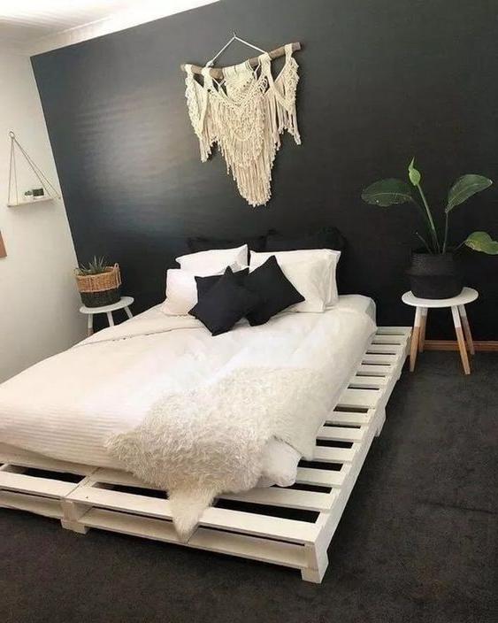 Meuble de palette - un lit palette blanc et noir