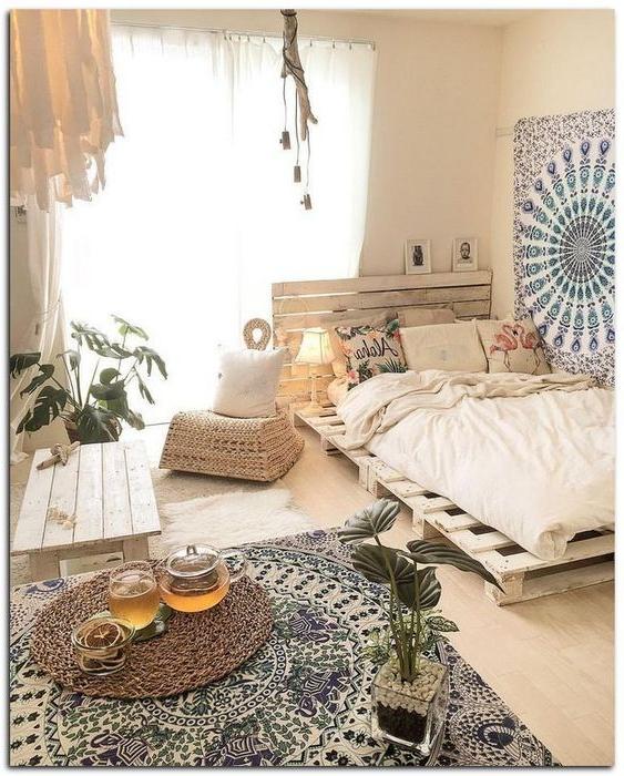 Meuble de palette - une idée créative pour un lit dans une chambre