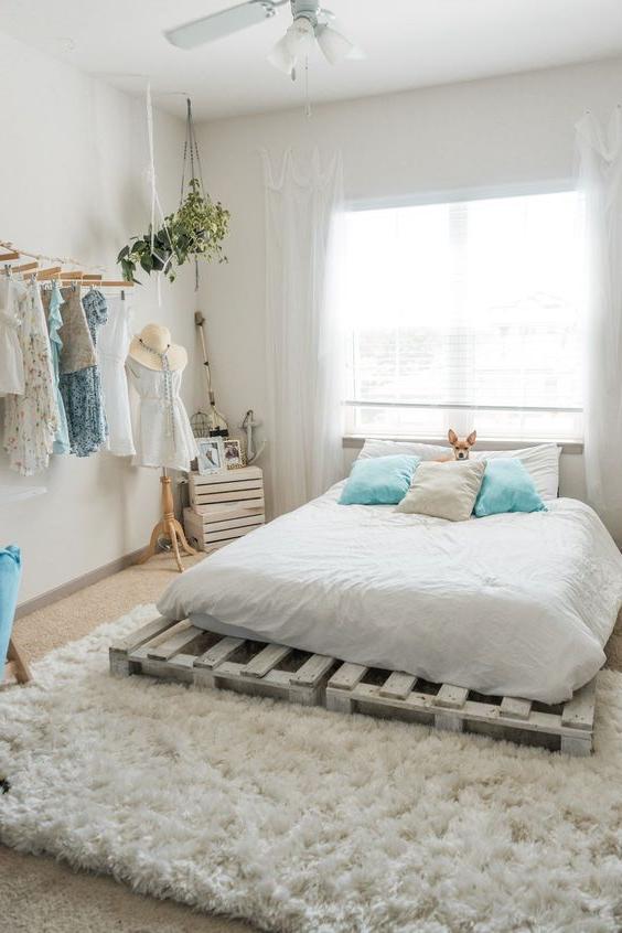 Meuble de palette - une idée créative pour un lit dans une chambre en blanc