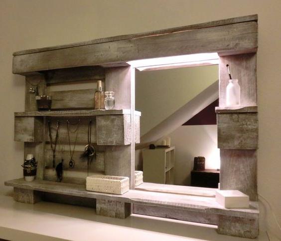 Meuble de palette comme une armoire avec un miroir