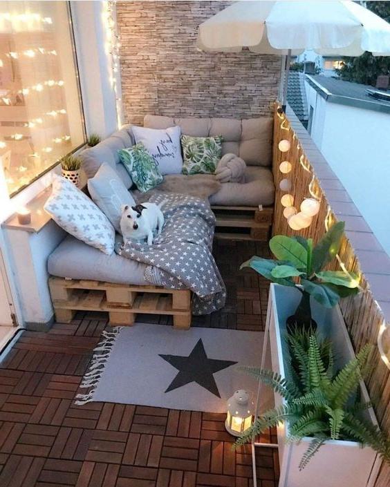 Meuble de palette - un canapé de détente sur le balcon