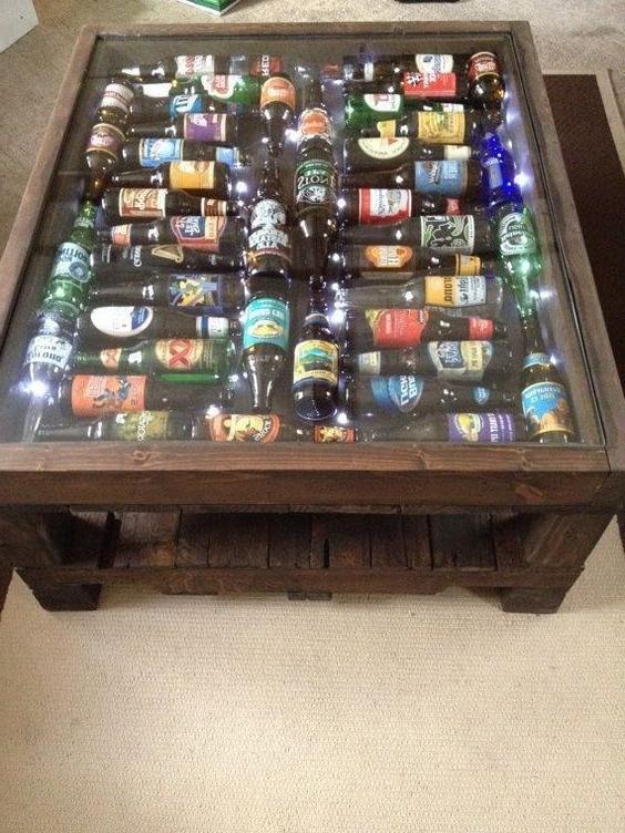 Meuble de palette - une idée inhabituelle pour une table avec des bouteilles