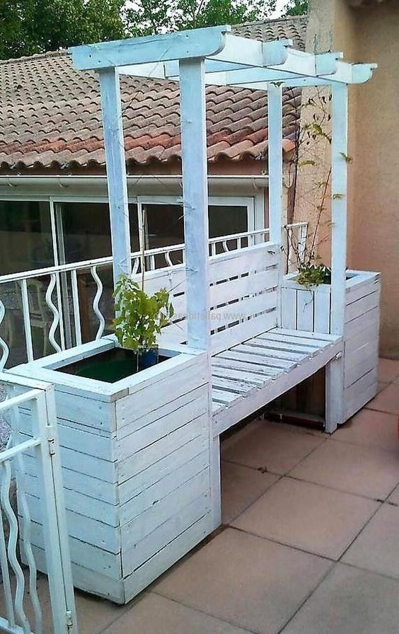 Meuble de palette - un canapé blanc créatif pour la veranda