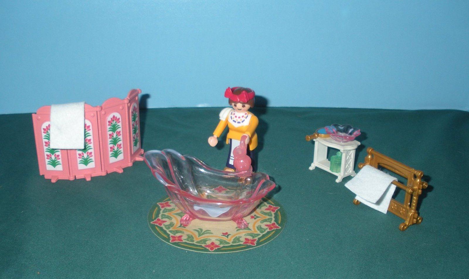 Le serviteur prépare la baignoire pour le prince