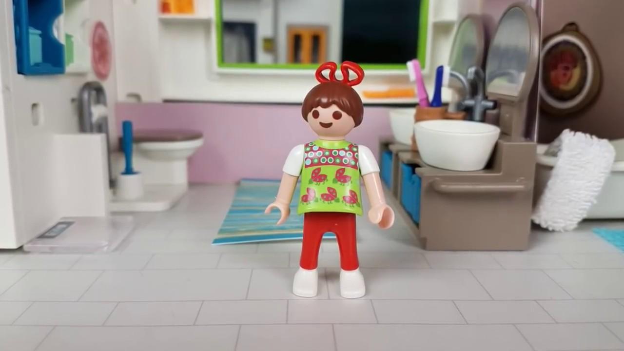 Le petit enfant est heureux dans cette salle de bain moderne