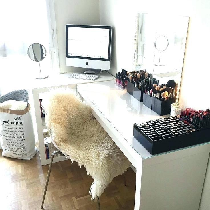 Si vous n'avez pas le budget nécessaire pour investir dans une table de toilette, utilisez simplement votre bureau dans cet objectif.