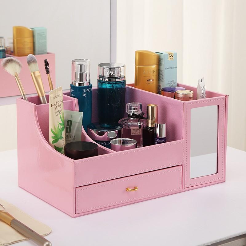 Ou, si vous souhaitez transformer votre ancienne boîte de rangement de maquillage, vous pouvez la peindre dans une nouvelle couleur et la décorer.