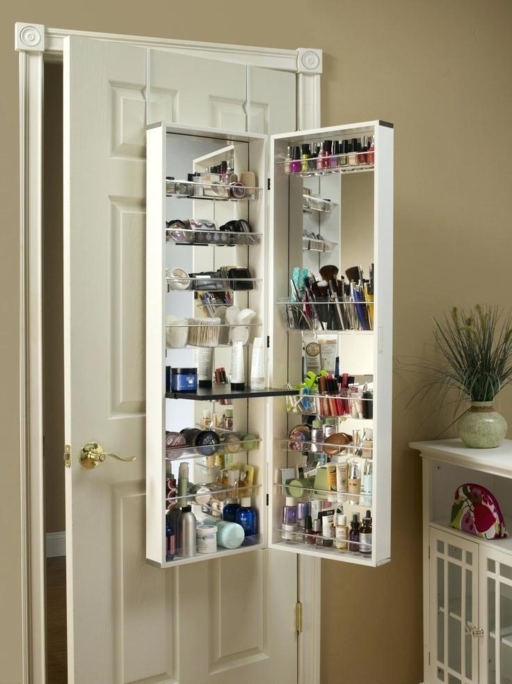 Pour gagner de la place, installez une mini armoire à l'arrière de la porte.