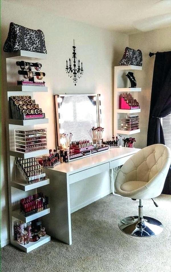 Si vous utilisez beaucoup de produits cosmétiques, vous pouvez combiner une table de toilette et quelques étagères.