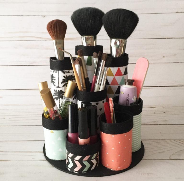 Maintenant, c'est une idée folle - utilisez des rouleaux de papier toilette et décorez-les par choix. Il suffit de les coller sur une assiette et voici votre nouvel organisateur de maquillage!