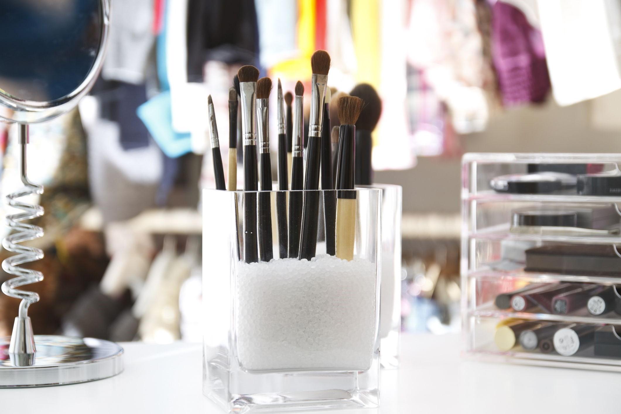Pour mettre en ordre vos pinceaux de maquillage, utilisez une bocal et des grains de sable ou de café pour la décoration.