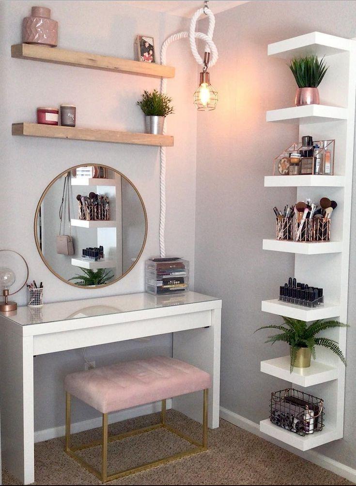 Ajoutez une lampe dans votre coin beauté pour vous assurer que votre maquillage est parfait.
