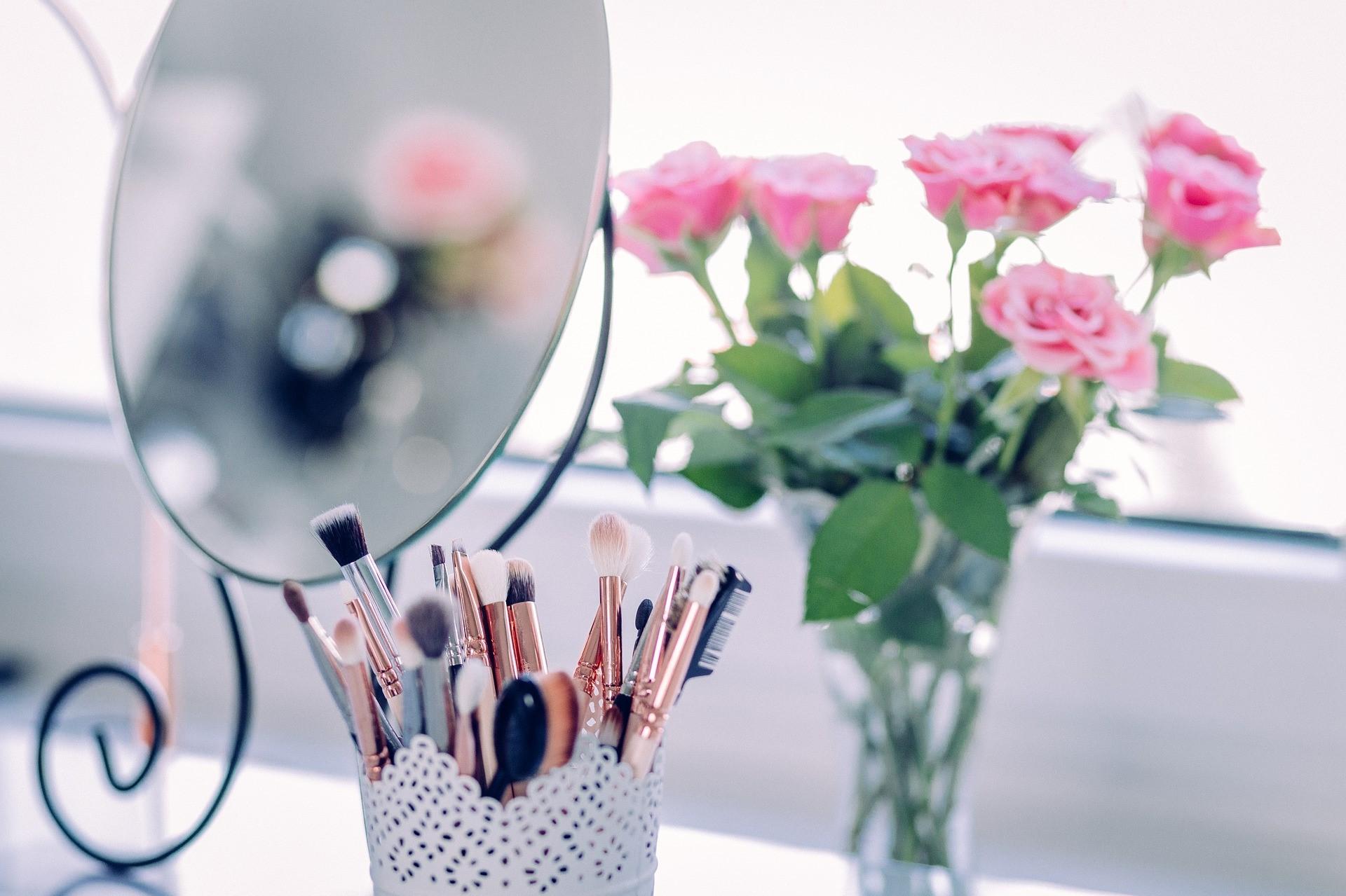 Rendez votre coin beauté plus féminin en ajoutant des fleurs.