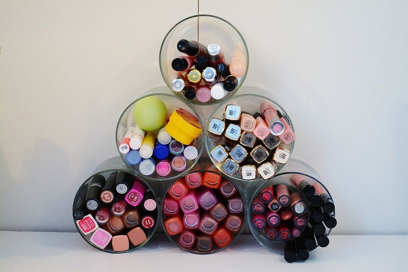 Un projet de bricolage facile et bon marché pour le rangement de maquillage.