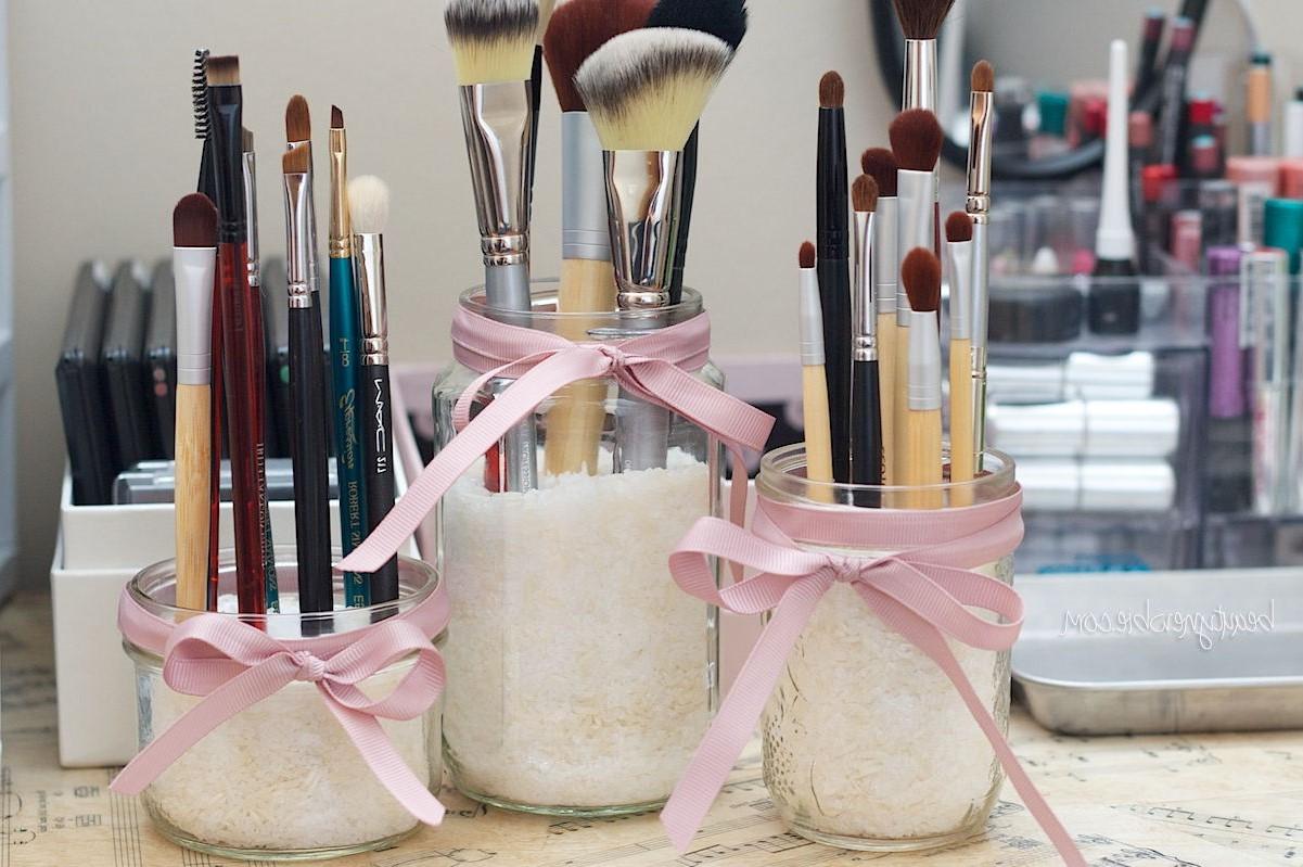 Maintenant, vos pinceaux de maquillage auront une place spéciale sur votre table de toilette.