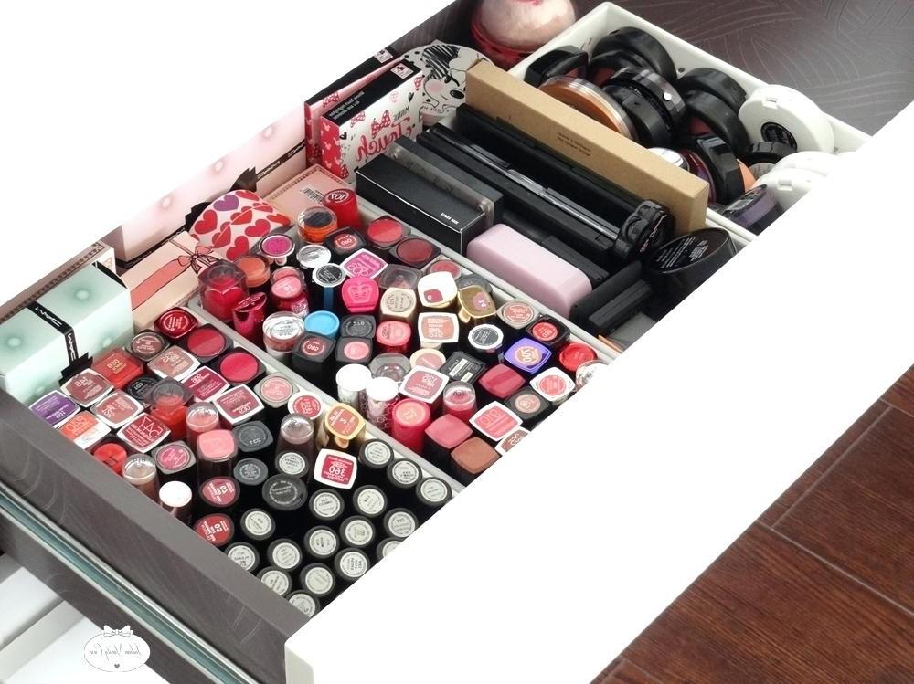Vous pouvez créer des mini-compartiments pour vos blushs, vos compacts ou, dans ce cas, vos rouges à lèvres.