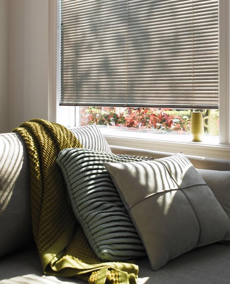 Ajoutez de petits détails comme de petits oreillers pour créer une atmosphère unique dans votre salon.