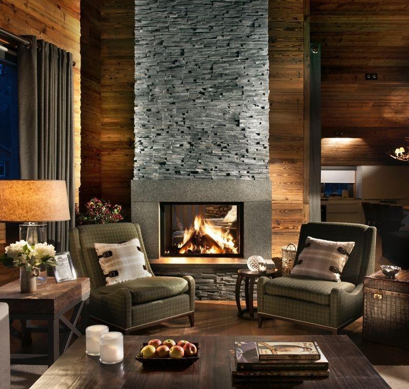 Rendez l'espace plus intime en éloignant les meubles des murs si l'espace le permet.
