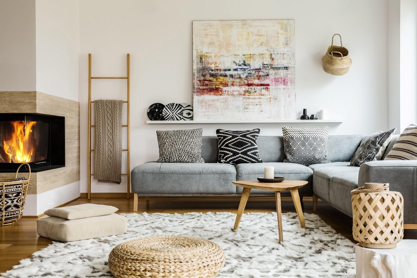 Ce salon cosy et invitant vous invite à passer la nuit au coin du feu grâce au canapé et au pouf confortables.