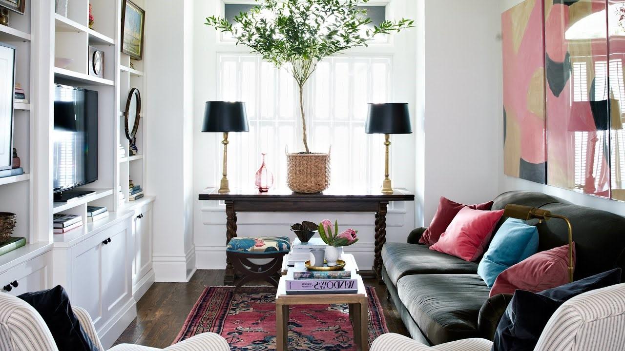 La base de ce salon est d'un blanc simple, mais le canapé et les oreillers le rendent extraordinaire.