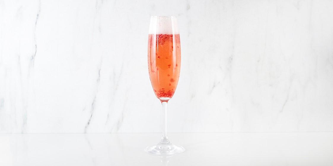 Mode d'emploi: mélanger le cointreau et le jus de canneberge dans un verre à champagne. Complétez avec du champagne frais. Garnir de zeste d'orange et de canneberges congelées et servir.