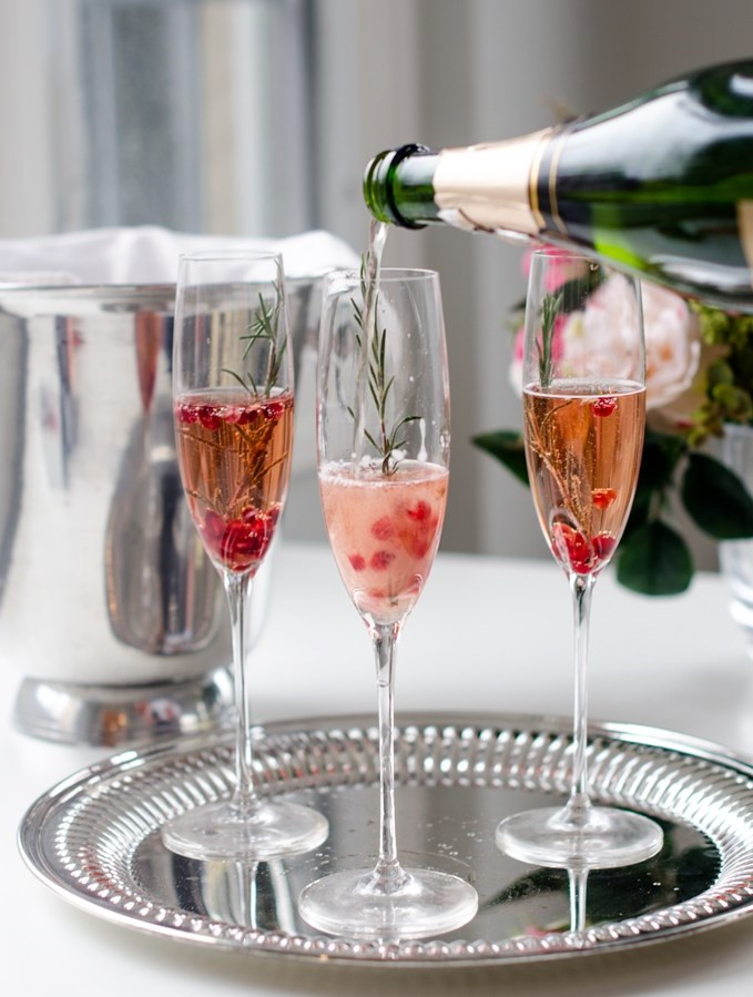 Préparez la base du cocktail soupe de champagne la veille et gagnez un peu de temps avant l'arrivée des invités.